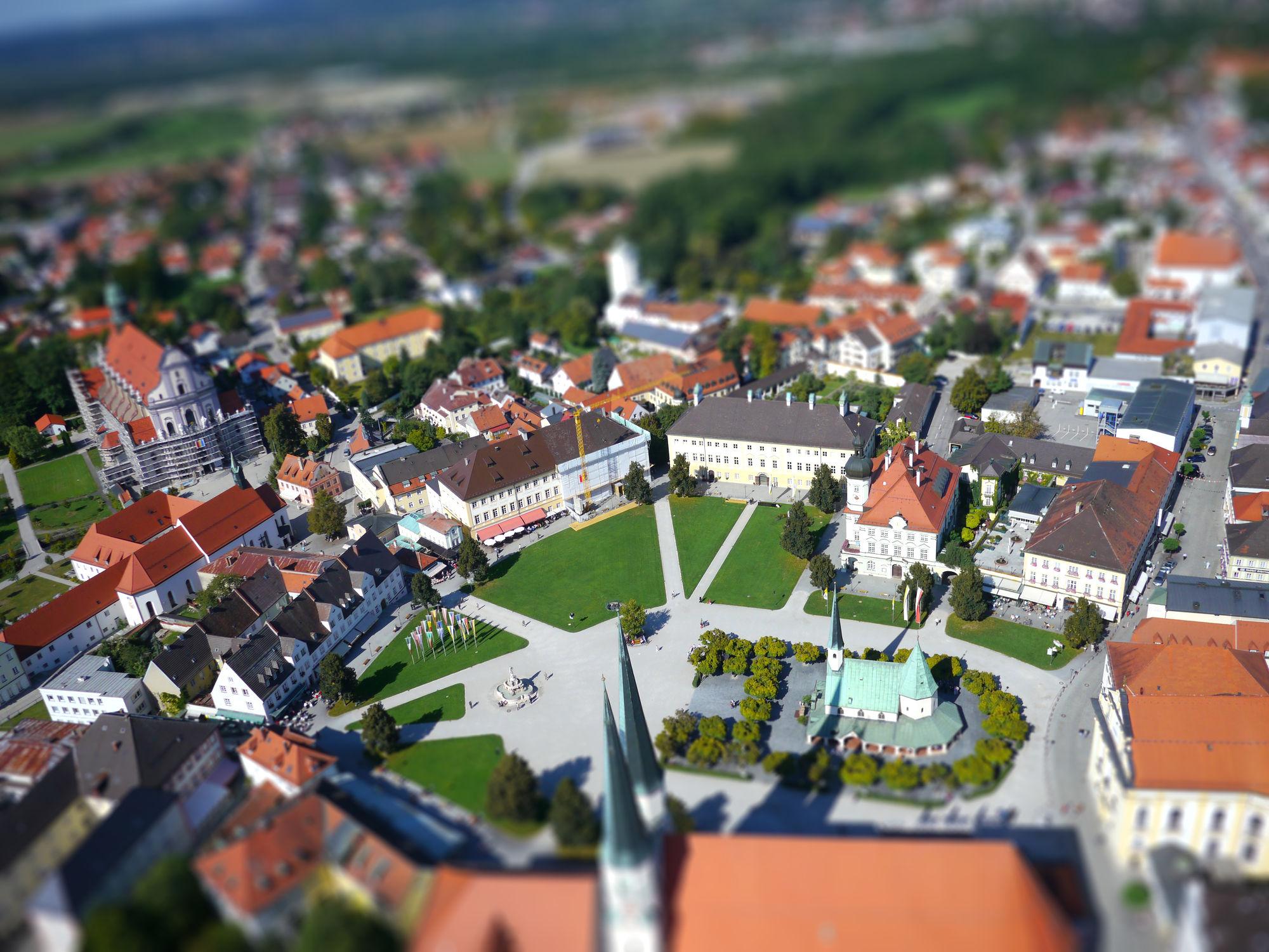 Luftbild vom Altöttinger Kapellplatz mit Tilt-Shift Effekt