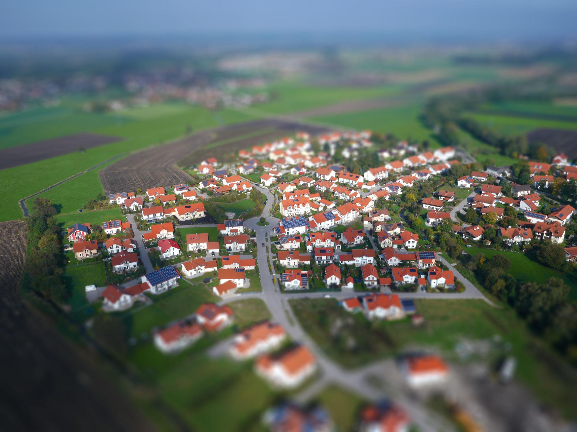 Luftbild einer Wohnsiedlung mit Tilt-Shift Effekt