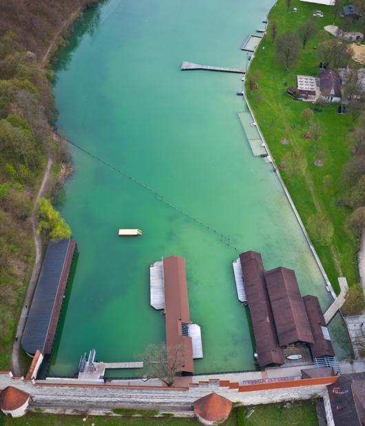 Luftbild des Wöhrsees mit Badeanstalt und Bootsverleih in Burghausen