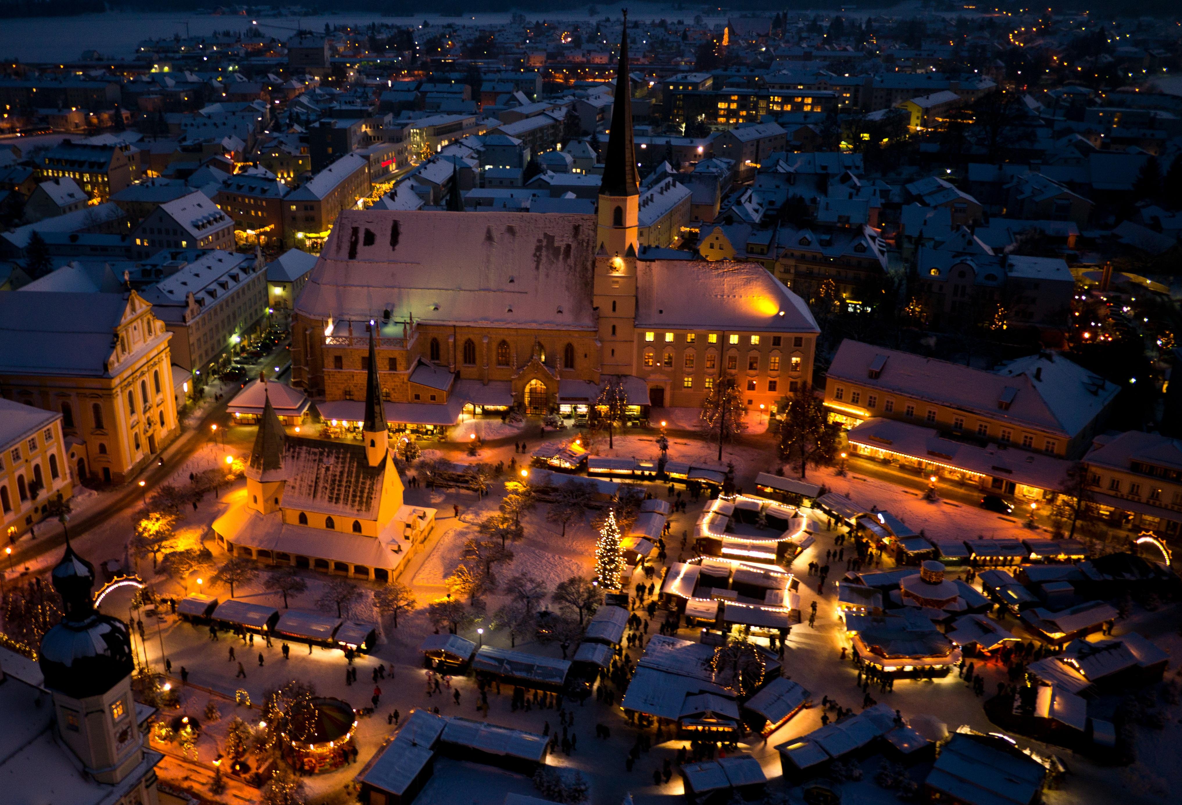 Luftbild vom verschneiten Christkindlmarkt Altötting