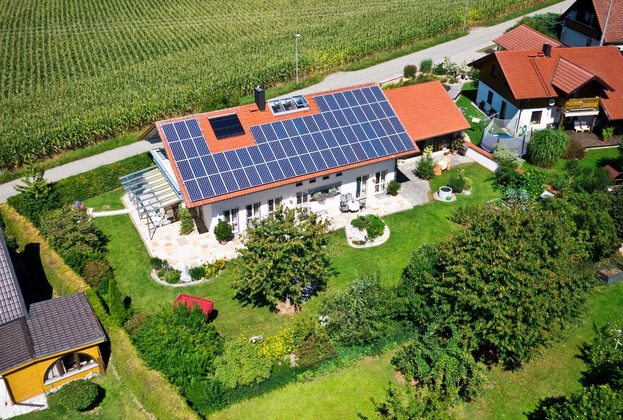 Luftbild eines Privathauses mit Photovoltaik-Anlage