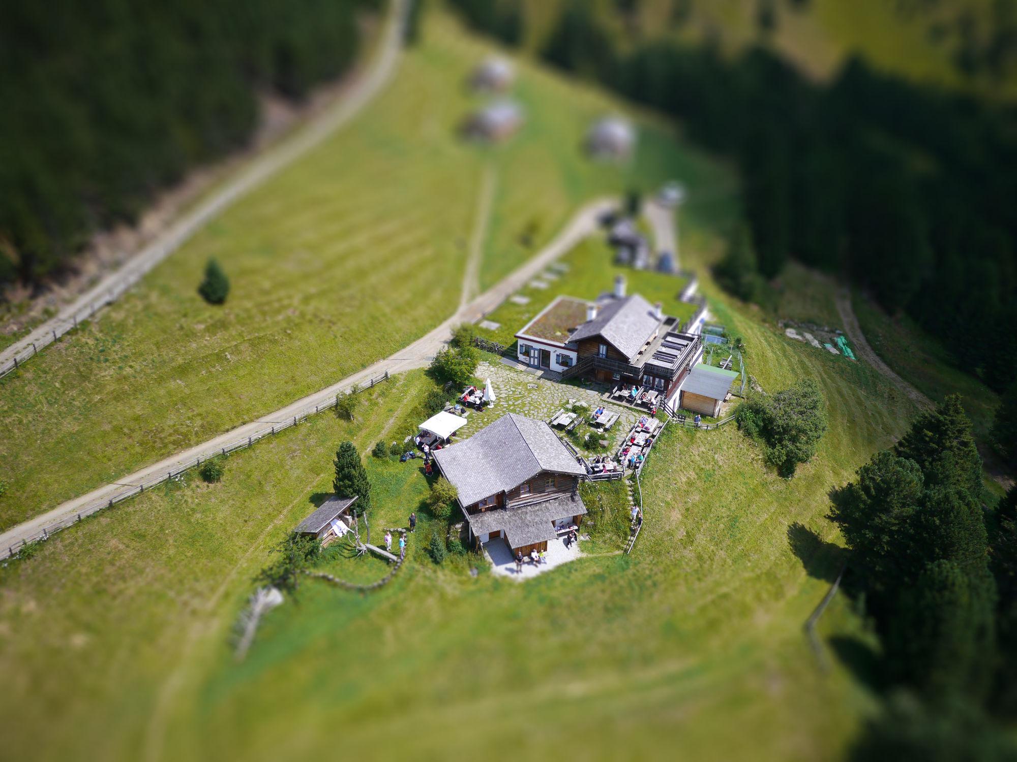 Luftbild eines Bergbauernhofs mit Tilt-Shift Effekt
